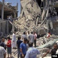 Para wartawan dibawa menyaksikan kawasan permukiman sipil di ibukota Tripoli yang hancur akibat serangan udara NATO (19/6).