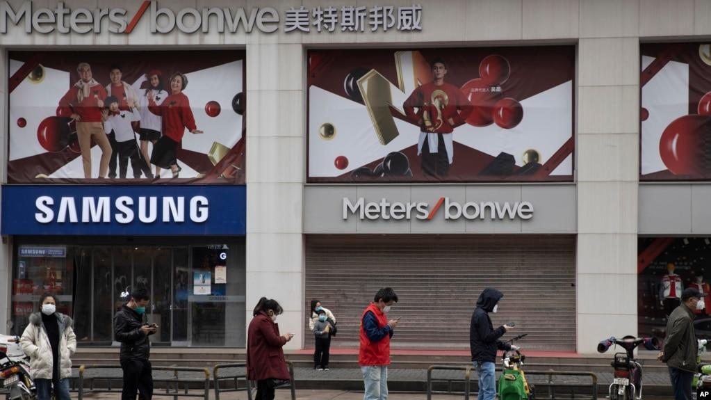 资料照:中国湖北武汉市民排队等候进入商场。(2020年4月3日)(photo:VOA)