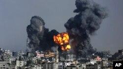 22일 이스라엘군의 공습이 있은 후 가자지구에 화염이 치솟고 있다.