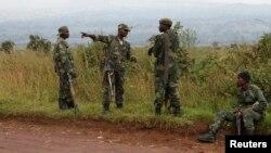 Tentara Republik Demokratik Kongo (DRC) beristirahat di dekat kota Kibumba yang berbatasan dengan Rwanda pasca pecahnya pertempuran di kota wilayah timur Kongo tersebut, Rabu (11/6).