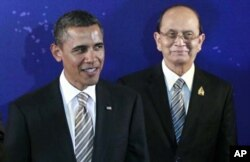 Le président Obama (à g.), debout à côté du président birman Thein Sein, durant une photo de groupe au sommet de l'ASEAN (19 novembre 2011)
