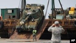 지난 2015년 7월 한국 충남 태안군 안면해수욕장에서 실시된 미-한 연합 해안양륙 군수지원 훈련 중 한국군 소속 K-55 자주포를 바지선에서 내리고 있다.