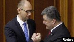 PM Arseniy Yatsenyuk dan Presiden Petro Poroshenko (Foto: dok).