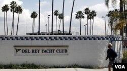 Seorang pria jogging melewati Klub Pesiar Del Rey, California, klub di mana Jean dan Scott Adams menjadi anggota.