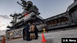 罗斯福号航母停靠在关岛进行隔离和病毒检查(美国海军2020年4月7日照片)