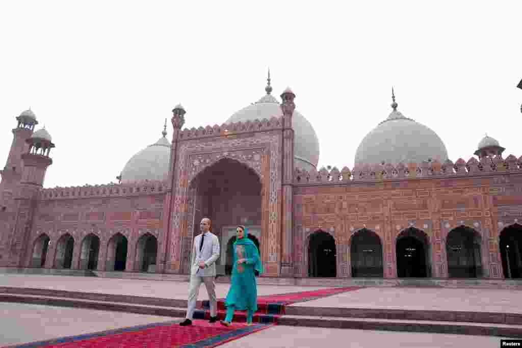 شاہی جوڑا بادشاہی مسجد کے داخلے کے وقت۔