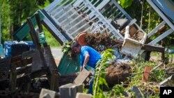 Stanovnik Norporta u Alabami raščišćava ruševine svoje kuće posle velikih poplava u subotu uveče.