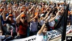 Dans cette photo prise le 13 octobre 2011, des employés d'hopitaux protestent devant le parlement d'Athènes