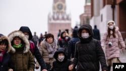 資料照片-戴著口罩的遊客在莫斯科紅場上游覽。 (2020年1月29日)