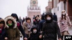 戴着口罩的游客在莫斯科红场上游览。(2020年1月29日)