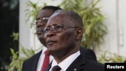 Prezidan pwovizwa peyi d Ayiti a, Jocelerme Privert (gwo plan).