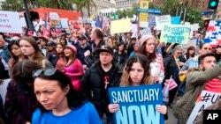 """Miles de personas toman parte en la """"Marcha Libre de Inmigración de Personas"""", para protestar por las acciones tomadas por el Presidente Donald Trump y su administración, en Los Ángeles el domingo 18 de febrero de 2017."""