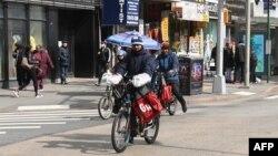2020年3月16日紐約布魯克林的送餐自行車。