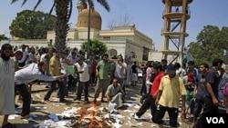 """Tras el asalto al complejo donde encontraron el álbum que Gadhafi tenía con fotos de Rice, los rebeldes quemaron las copias del """"Libro Verde"""" del ex líder libio."""
