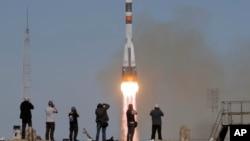 联盟号MS-10太空船携带新船员发射升空飞往国际空间站