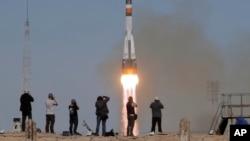 联盟号MS-10太空船运载宇航员发射升空飞往国际空间站 (2018年10月11日)