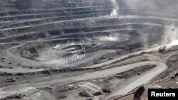 Para penambang di tambang tanah jarang, Bayan Obo, di Inner Mongolia, China, 16 Juli 2011.
