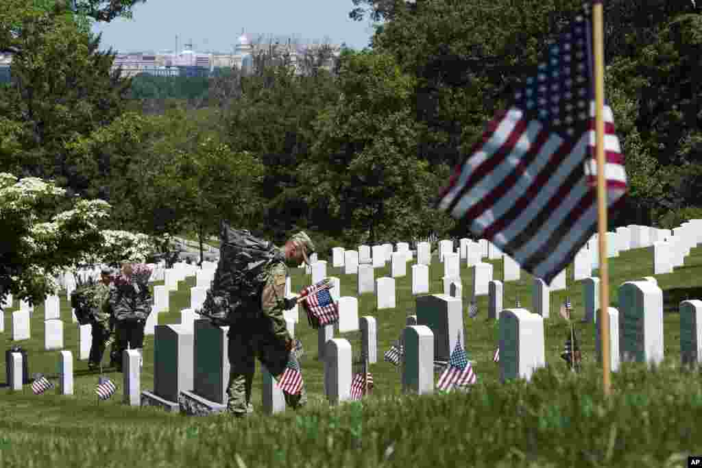 نمایی از قبرستان ملی آرلینگتون در نزدیکی شهر واشنگتن، پایتخت آمریکا که مدفن کشته های جنگ و سیاستمداران سرشناسی چون برادران کندی است.