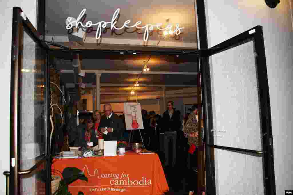The Shopkeepers Gallery owned by a local Cambodian-American is host to a Washington, DC fundraiser and silent auction organized by Caring for Cambodia, a non-profit to help support 21 impoverished schools in Cambodia's Siem Reap province, May 4, 2017. (VOA Khmer)