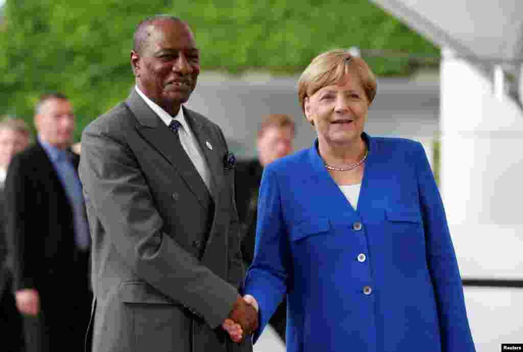 LUNDI. Le président de la Guinée Alpha Condé a rencontré la Chancelière allemande Angela Merkel, à Berlin, lors du G20. La chancelière Angela Merkel, profitant de sa présidence du G20, a lancé, aux côtés de dirigeants africains, un appel à investir en Afrique pour notamment limiter l'émigration vers l'Europe.Lire la suite :A Berlin, le G20 lie investissements en Afrique et frein aux migrations