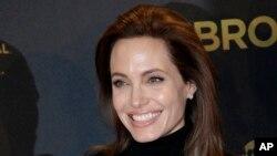 Angelina Jolie anunció en marzo de 2015 que se hizo extraer los ovarios para evitar el cáncer. Anteriormente, la actriz, que es portadora de un gen que la hace propensa al cáncer, también se sometió a una mastectomía para prevenir el cáncer de mama.