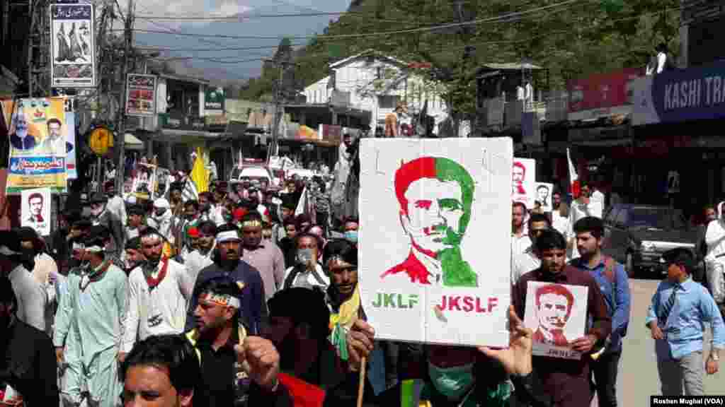 مظاہرین کا مطالبہ ہے کہ بھارت کے زیرِ انتظام کشمیر سے کرفیو سمیت دیگر پابندیاں فوری ہٹائی جائیں۔