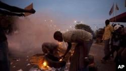 塞內加爾反政府示威者星期二在首都達卡焚燒車胎﹐投擲石塊要求總統瓦德放棄他引發爭議的第三任期的競選。