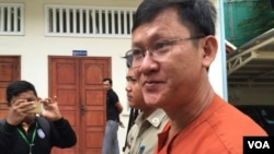 Mr. Ny Chakrya is being escorted by police out of the appeals court in Phnom Penh, August 8, 2016. (Kann Vicheika/VOA Khmer)