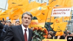 "FILE - Supporters of ""Our Ukraine"" party greet Ukrainian President Victor Yushchenko near the Central Election Committee in Kyiv, Ukraine, Oct. 27, 2009."