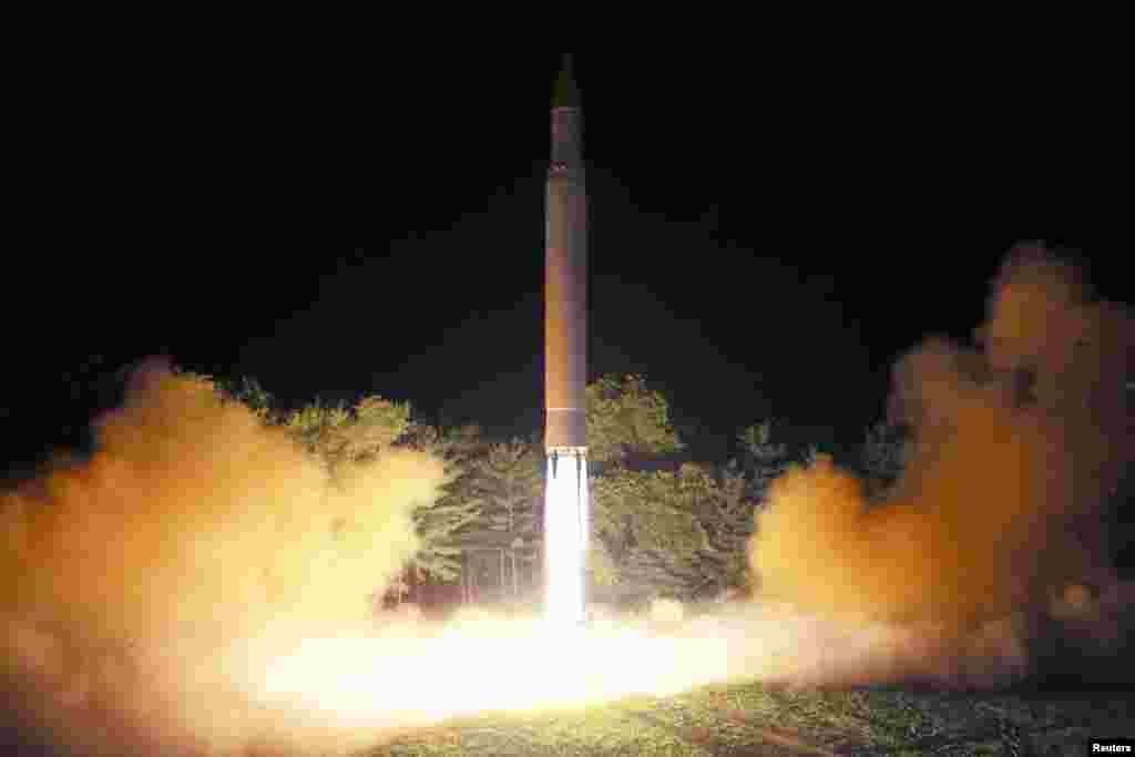북한이 지난 28일 밤 기습적으로 실시한 대륙간탄도미사일(ICBM) '화성-14'의 2차시험발사를 장면을 다음날인 29일 공개했다.