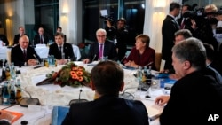 Tổng thống Ukraine Petro Poroshenko, phải, hội đàm với các nhà lãnh đạo châu Âu ở Berlin, Đức, 19/10/2016.
