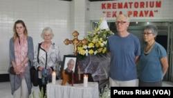 Keluarga Ben Anderson memberikan penghormatan terakhir sebelum jenazah dikremasi. (VOA/Petrus Riski)