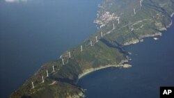 排列在日本西部50公里长的佐田岬半岛上的风力涡轮机。在日本关闭最后一座核电站后,风力发电变得越发重要了。(资料)