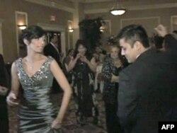 """18-godišnji američki Rom Aleks Ilaj pleše sa svojom verenicom nakon što su im se očevi pogodilo oko """"cene neveste"""" od 10,000 dolara."""