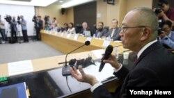 메르스 국내 전파 원인과 확산 상황을 조사하기 위해 한국을 찾은 세계보건기구(WHO) 합동평가단이 9일 청주시 질병관리본부 국립의과학지식센터를 방문해 보건복지부 관계자 및 전문가들과 함께 회의 중이다.