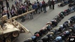 开罗的广场上反政府示威者祈祷