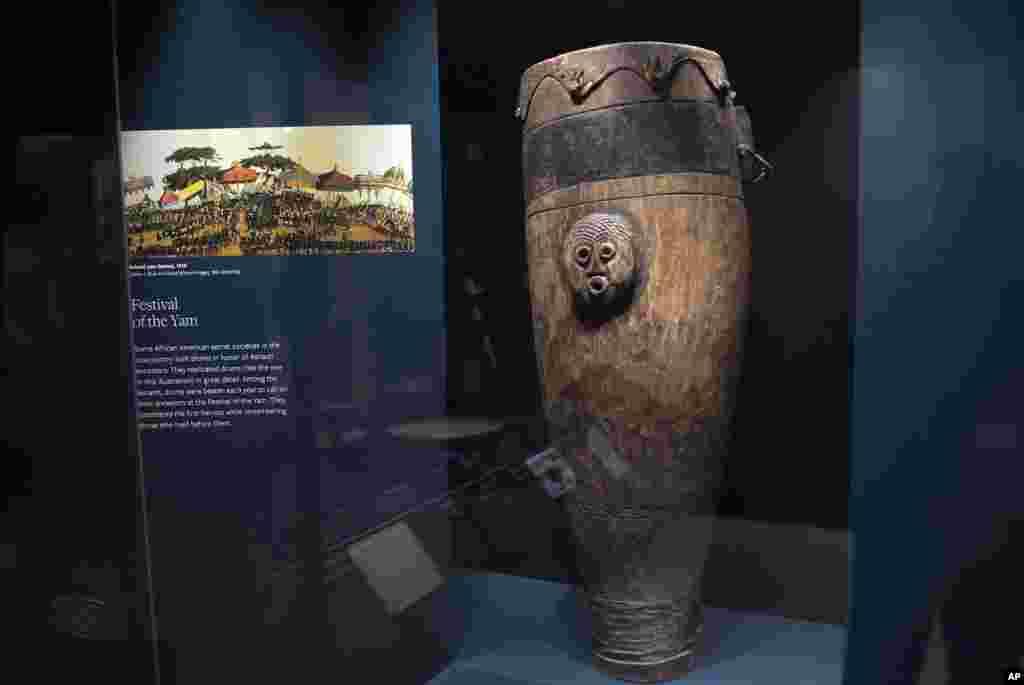 Un ancien tambour des années 1900 est exposé au Musée national d'histoire et de la culture afro-américaine à Washington DC, 14 septembre 2016.