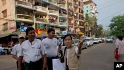 Nhân viên điều tra dân số Miến Điện và tình nguyện viên đi bộ trong một khu phố của người Hồi giáo tại Rangoon, ngày 30/3/2014.