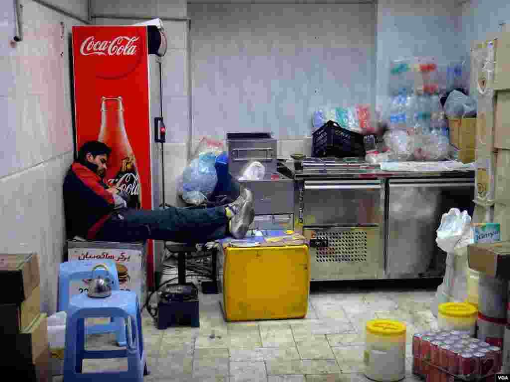 خستگی شبانگاهی در فروشگاه (تهران)، عکس از هاشم