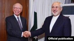 Pejabat Menlu Pakistan, Sartaj Aziz (kiri) dan Menlu Iran Mohammad Javad Zarif dalam pertemuan di Islamabad, Kamis (9/4).