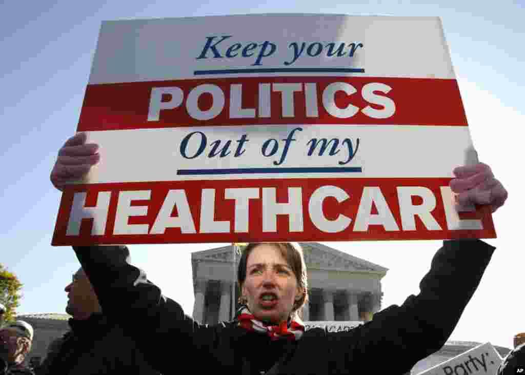 Bà Amy Brighton ở Medina, Ohio, chống đối cải tổ bảo hiểm y tế, đứng trước Tối cao Pháp viện ngày 27 tháng 3, 2012, vào lúc tòa tiếp tục tranh luận về đạo luật bảo hiểm y tế do Tổng thống Barack Obama ký. (AP)