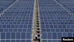 Hambatan terbesar bagi penggunaan sel surya yang lebih luas adalah rendahnya efisiensi, sekitar 19 persen untuk sel silikon komersial standar (foto: ilustrasi).