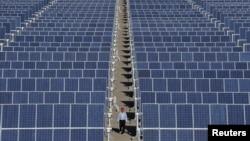 Nhà máy năng lượng mặt trời ở vùng ngoại ô Đôn Hoàng, Trung Quốc