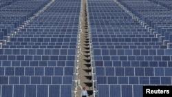 Một nhà máy sản xuất các tấm pin năng lượng mặt trời ở Trung Quốc