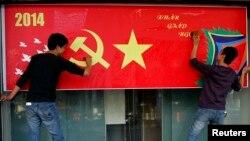 지난 1월 베트남 하노이에서 음력설을 앞두고 거리 장식을 하고 있다. (자료사진)