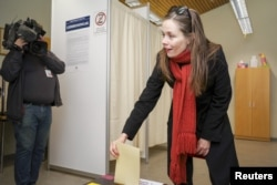 Left Green Movement candidate Katrin Jakobsdottir casts her vote during a snap parliamentary election in Reykjavik, Iceland, Oct. 28, 2017.