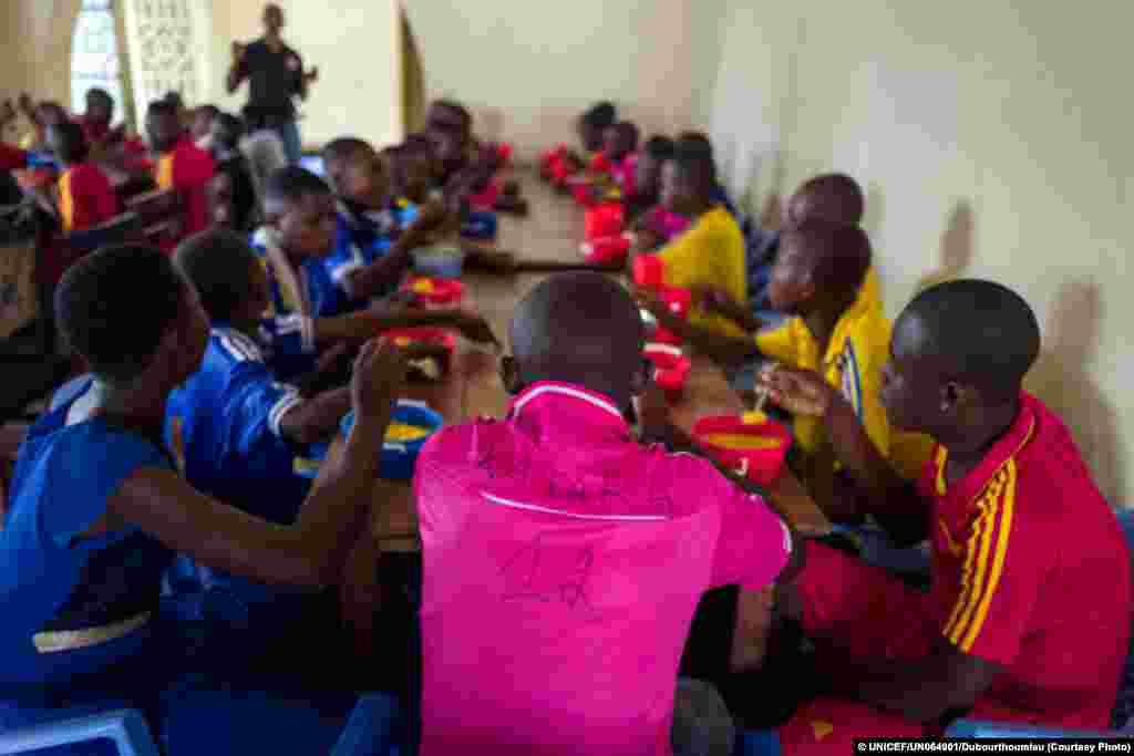 Crianças -soldados desmobilisadas das fileiras do soba Kamuina Nsapu, tomam o pequeno-almoço num centro apoiado pelo UNICEF.
