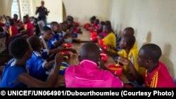 Des enfants soldats démobilisés, issus de la milice du chef traditionnel Kamuina Nsapu, prennent leur petit-déjeuner au Centre de Transit et d'Orientation de l'association congolaise BNCE (Bureau National Catholique pour l'Enfance), soutenu par l'UNICEF, à Kananga, Kasaï Occidental, en RDC, le 17 mai 2017.