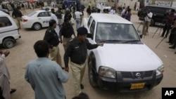 Pakistani police officers inspect U.N. vehicle attacked by gunmen inKarachi, Pakistan, July 17, 2012.