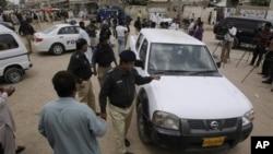 Polisi Pakistan memeriksa kendaraan tim WHO yang diserang oleh beberapa orang bersenjata di Karachi, Pakistan, Selasa (17/7).